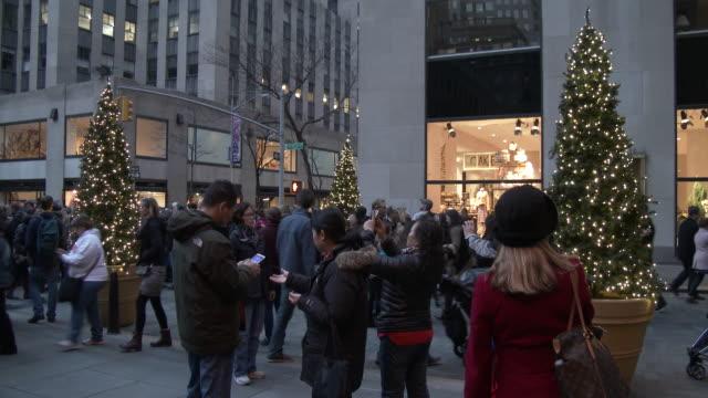 rockefeller center - nyc holiday season, christmas trees & lights - ロックフェラーセンターのクリスマスツリー点の映像素材/bロール