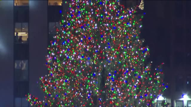 rockefeller christmas tree lighting ceremony at rockefeller center on december 04, 2013 in new york, new york - illuminazione dell'albero di natale del rockefeller center video stock e b–roll
