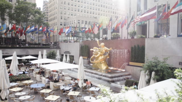 vídeos de stock, filmes e b-roll de rockefeller plaza - establishing shot - new york city - dolly shot - summer 2016 - centro rockefeller