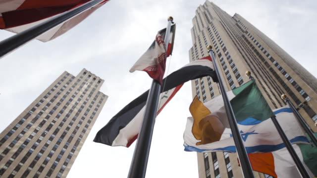 rockefeller plaza - establishing shot - new york city - dolly shot - summer 2016 - ロックフェラーセンター点の映像素材/bロール