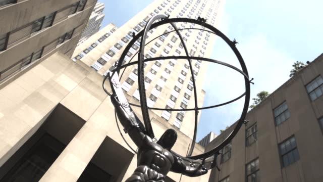 vídeos de stock e filmes b-roll de 30 rockefeller plaza summer establishing shot - new york city - estátua de atlas