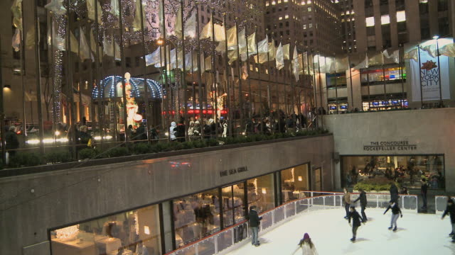 ws rockefeller plaza with christmas tree above the skating rink / new york city, new york, usa - rockefeller centre stock videos & royalty-free footage