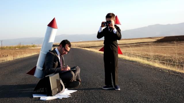 rakete geschäftsleute - abheben aktivität stock-videos und b-roll-filmmaterial