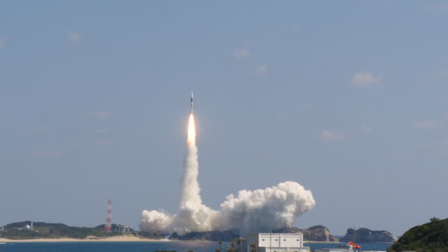 vídeos de stock e filmes b-roll de rocket launch in kagoshima - taking off