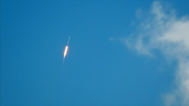 rocket launch near cape canaveral, florida. rocketship flies through blue sky toward outer space - taking off bildbanksvideor och videomaterial från bakom kulisserna