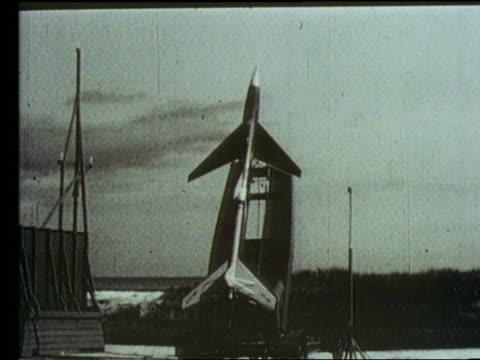 vídeos de stock, filmes e b-roll de b/w rocket plane on launch pad - imagem tonalizada
