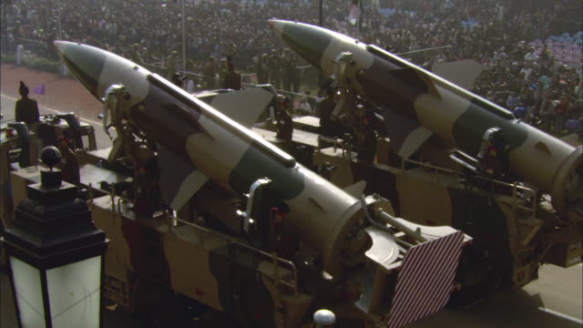 stockvideo's en b-roll-footage met ha ms pan tu ws rockets attached to military tanks driving down street in india republic day parade during 58th republic day of india celebration on january 26, 2007 / india - raket wapen