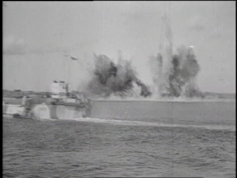 rockets firing from ship / explosions near us battleship / planes flying over ships / amphibious landing craft filled with soldiers / artillery... - 1944 bildbanksvideor och videomaterial från bakom kulisserna