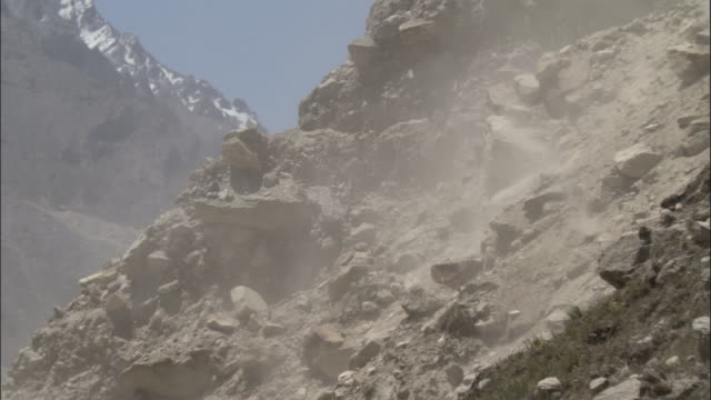 vidéos et rushes de rockfall, tapovan, india available in hd. - roc