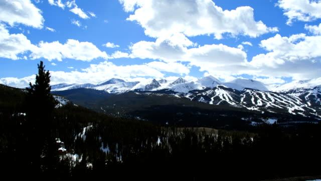 stockvideo's en b-roll-footage met rockies colorado mountain resort tourist hiking time lapse - skivakantie