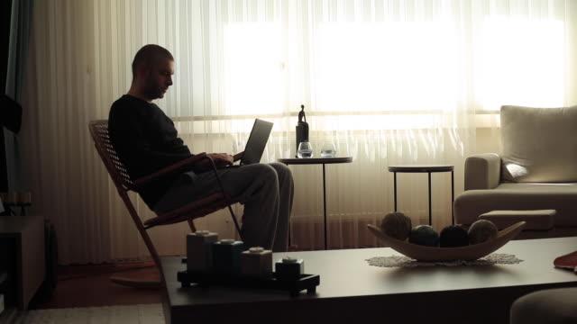 stockvideo's en b-roll-footage met schommelstoel - schommelen schommelstoel