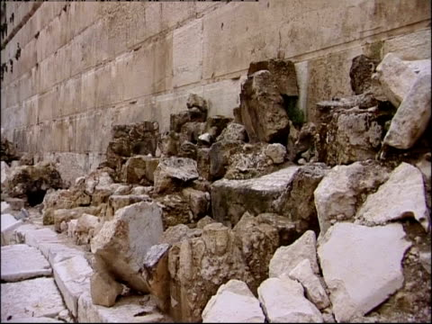 rocks and other ruins lie at the base of the temple mount. - gerusalemme est video stock e b–roll