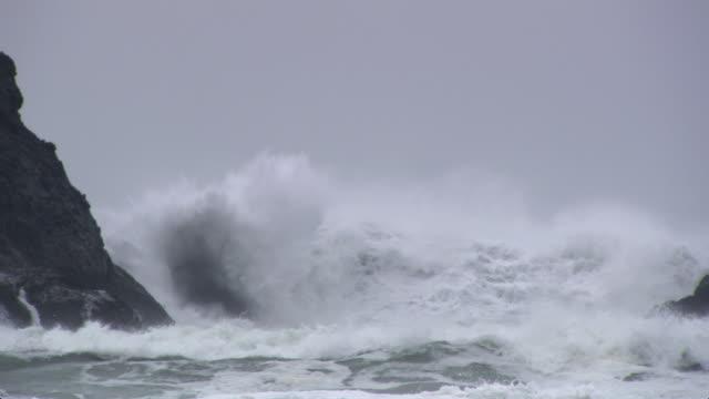 vídeos y material grabado en eventos de stock de rocks at left and breaking wave - artbeats