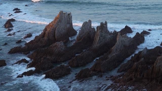 stockvideo's en b-roll-footage met rocks at playa de la gueirua. - noord atlantische oceaan