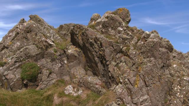 vídeos de stock, filmes e b-roll de rochas ao lado do litoral sul oeste escócia - johnfscott