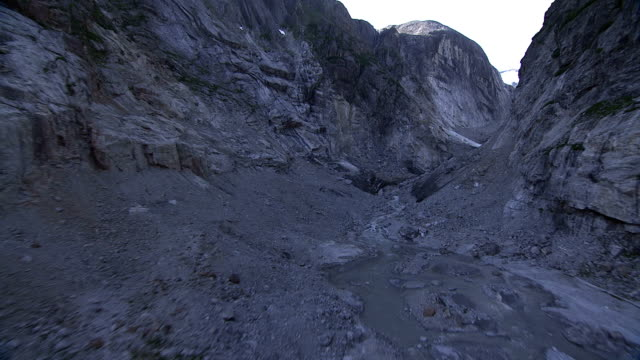 rocks fill the crevice between mountain ranges. - crevice stock videos & royalty-free footage