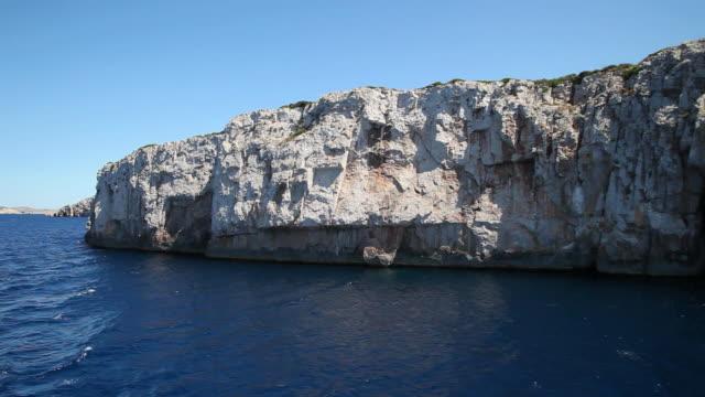 rocks on kornat island, kornati national park - parco nazionale video stock e b–roll