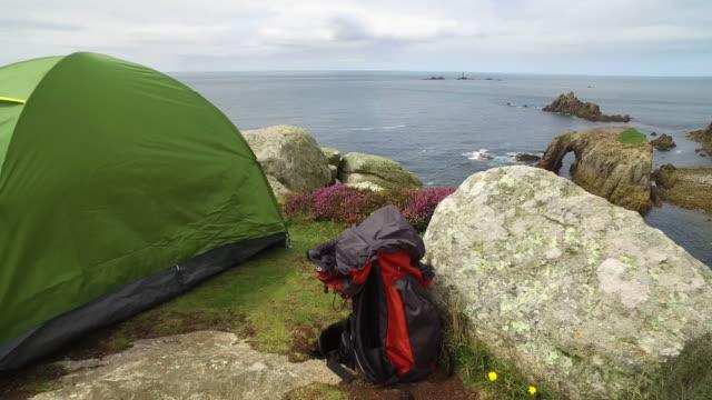 rocky and cliffs on uk cornwall coastline - tenda da campeggio video stock e b–roll