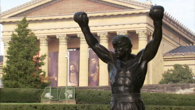 vídeos de stock, filmes e b-roll de rocky balboa statue philadelphia museum of art bg sports boxing landmark triumph victory underdog pop culture iconic - sylvester stallone