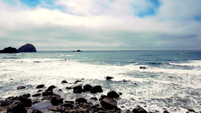 vidéos et rushes de rocky plage dans le parc national de redwood - côte de l'oregon
