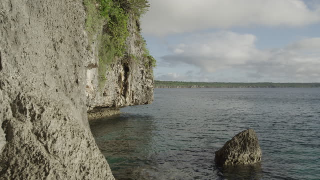 vídeos de stock e filmes b-roll de rocky cliffs next to water, new caledonia, 2013 - penedo