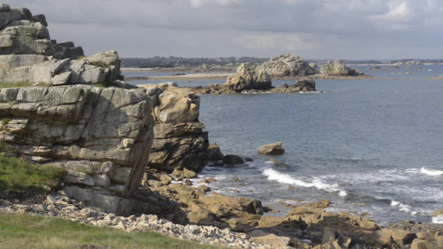 vidéos et rushes de rocky coast at pointe du chateau - roc