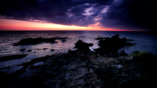 岩の海岸 - ロマンチックな空点の映像素材/bロール