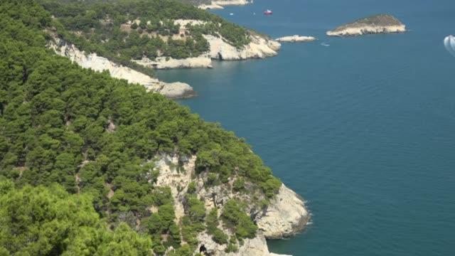 vídeos y material grabado en eventos de stock de tu / rocky coast with white limestone rocks at the adriatic sea - península