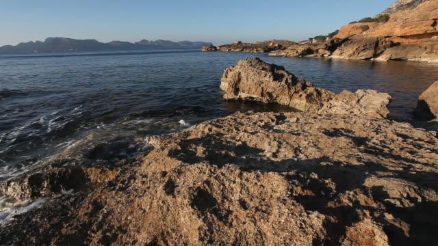 vídeos de stock e filmes b-roll de rocky litoral e beach - cultura mediterrânica