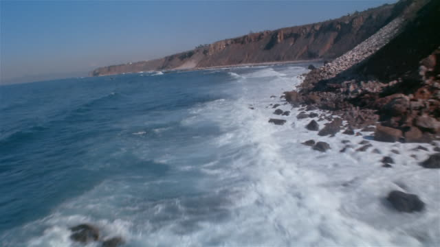 vídeos de stock, filmes e b-roll de low aerial, rocky coastline, california, usa - pacífico norte