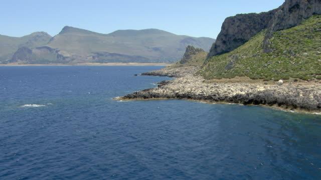 rocky coastline in sicily - 地中海点の映像素材/bロール