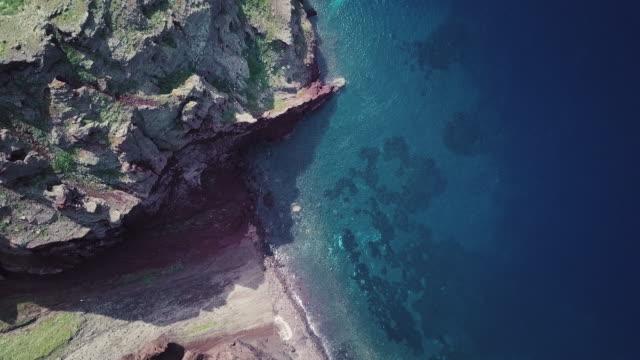 felsige küste von santorini. luftaufnahme - insel santorin stock-videos und b-roll-filmmaterial