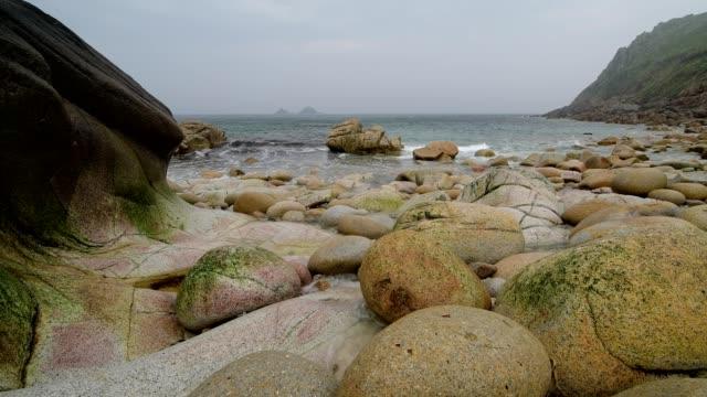 rocky cove with boulders, porth nanven, penzance, cornwall, england, united kingdom, europe - kiselsten bildbanksvideor och videomaterial från bakom kulisserna