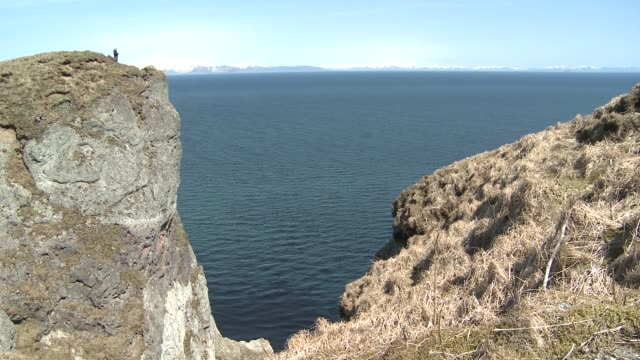 stockvideo's en b-roll-footage met a rocky crevice outlines a view of a blue ocean. - crevice