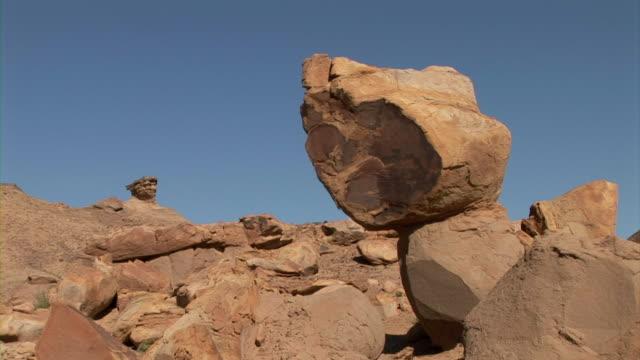 vidéos et rushes de rocky desert in xinjiang, china - strate géologique