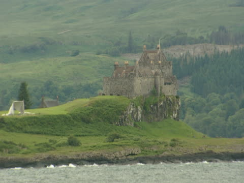 vidéos et rushes de rocky green coastline, woodland, scottish castle on coast, tranquil, picture postcard - mull