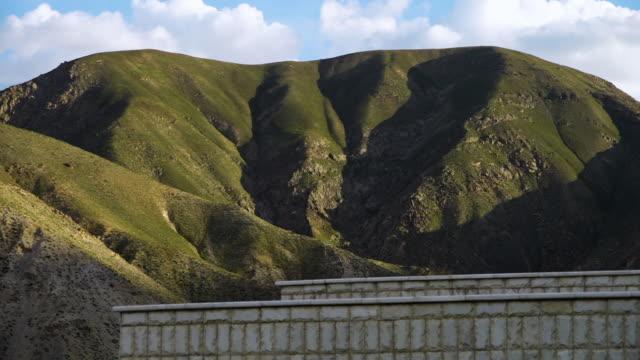 stockvideo's en b-roll-footage met rocky hills covered in vegetation - verschijning