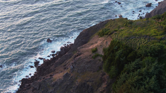stockvideo's en b-roll-footage met rocky hillside die naar de stille oceaan aan de kust van oregon leidt - drone shot - oregon coast
