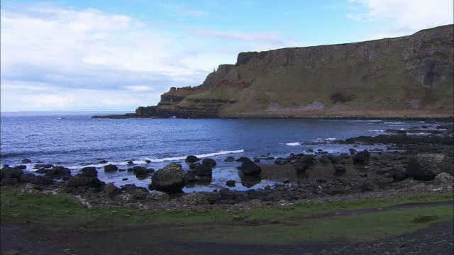 rocky irish coast, giants causeway, northern ireland - bay of water stock-videos und b-roll-filmmaterial