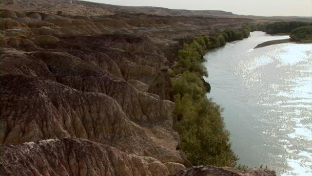 vidéos et rushes de rocky landscape in xinjiang, china - strate géologique