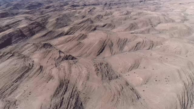 felsige landschaft mit rötlicher erde. planetenoberfläche - red rocks stock-videos und b-roll-filmmaterial