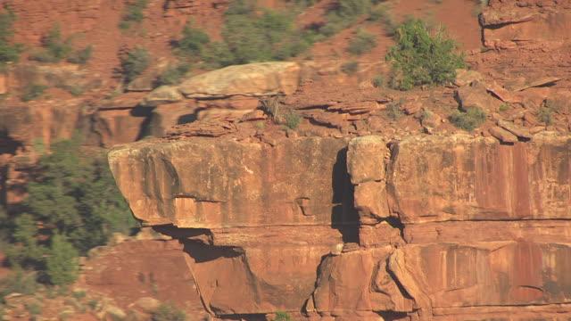 vídeos de stock e filmes b-roll de cu aerial rocky ledge hindu amphitheater / arizona, united states - paredão rochoso