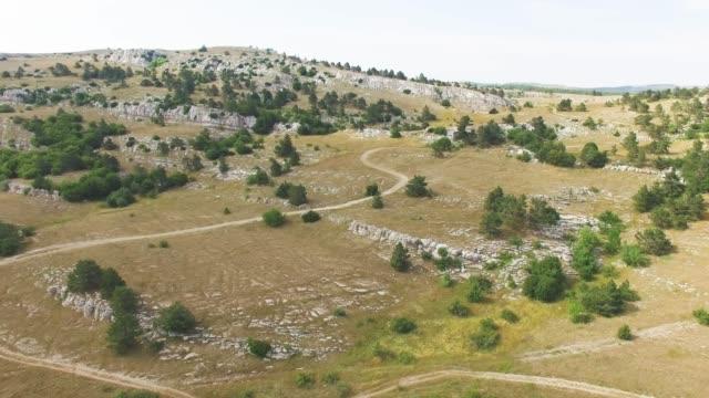 aerial: rocky mountain plateau - altopiano video stock e b–roll