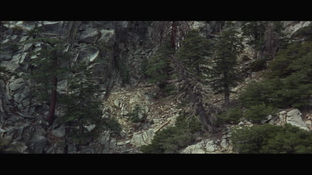 vídeos de stock, filmes e b-roll de 1967 rear pov rocky mountain seen from gondola car - formato letterbox