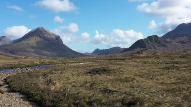 vidéos et rushes de montagnes rocheuses de cuillin dans l'île de skye en ecosse, royaume-uni - highlands écossaises