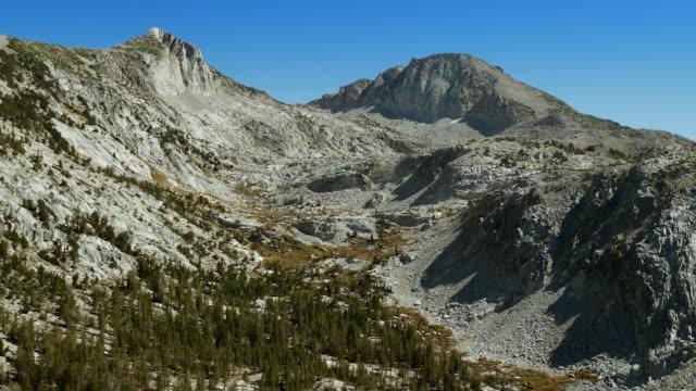 rocky peaks in the john muir wilderness area, sierra nevada, california. - wilderness area stock videos & royalty-free footage