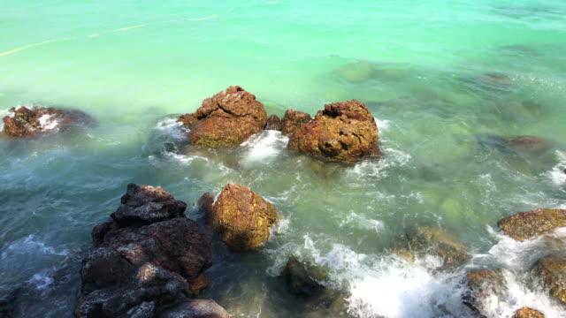 vídeos y material grabado en eventos de stock de muelle rocoso de la playa sangwan, pattaya, tailandia. - terminal de ferry