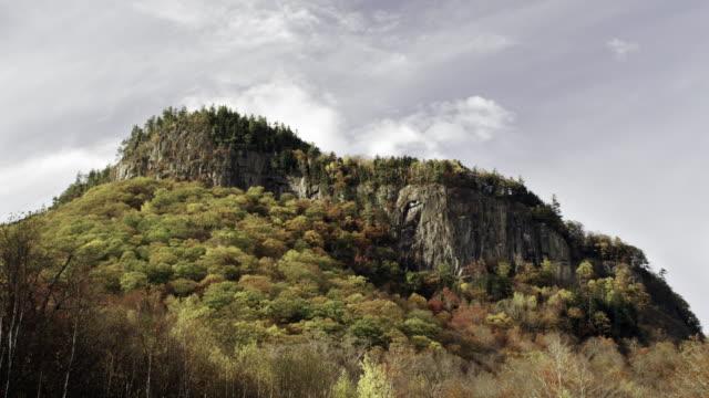 vídeos de stock, filmes e b-roll de rocky ridge in new hampshire with autumn foliage - estampa de folha