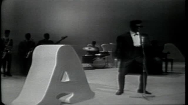vídeos de stock, filmes e b-roll de rocky roberts and the airedales perform tbird - espetáculos de variedade