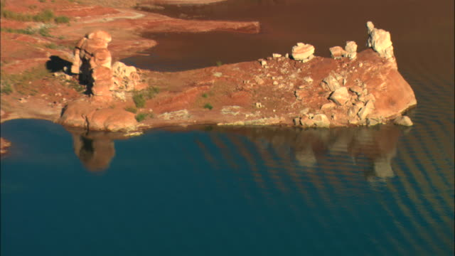 ms, ha, rocky shoreline of lake powell, glen canyon national recreation area, utah, usa - lago powell video stock e b–roll
